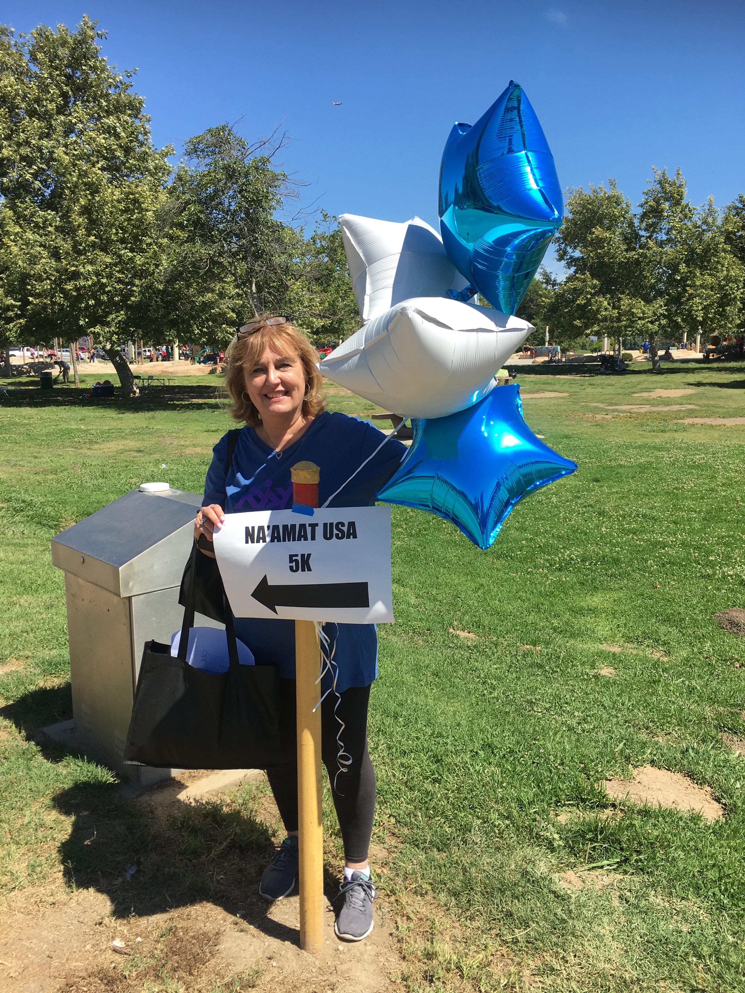 NA'AMAT 5K walk - photo of white and blue balloons and wayfinding sign